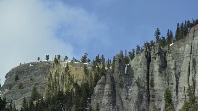 冬にユーレイ、ユーレイ、コロラド州のロッキー山脈のサンファン山脈の coloradover ピークの上サンファン山脈、ロッキー山脈の雪に覆われたピークを吹く oclouds を吹く雲 - ユアレイ市点の映像素材/bロール