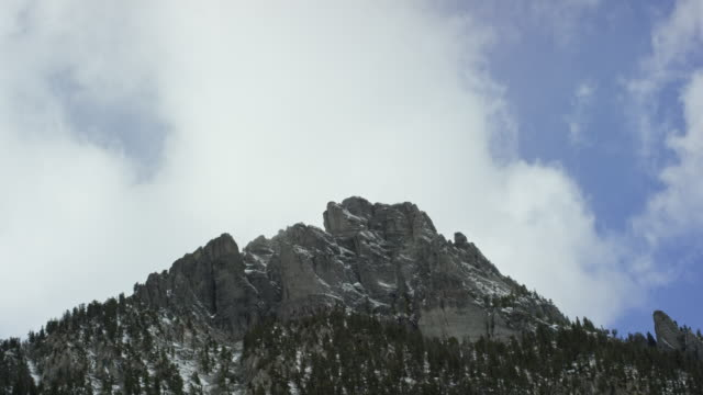 冬にユーレイ、コロラド州のサンファン山脈、ロッキー山脈の上雪に覆われたピークを吹く雲 - ユアレイ市点の映像素材/bロール