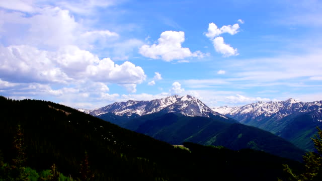Wolken gebouw in groothoek Aspen Snowmass Colorado Rocky Mountain Valley zomer Time-lapse