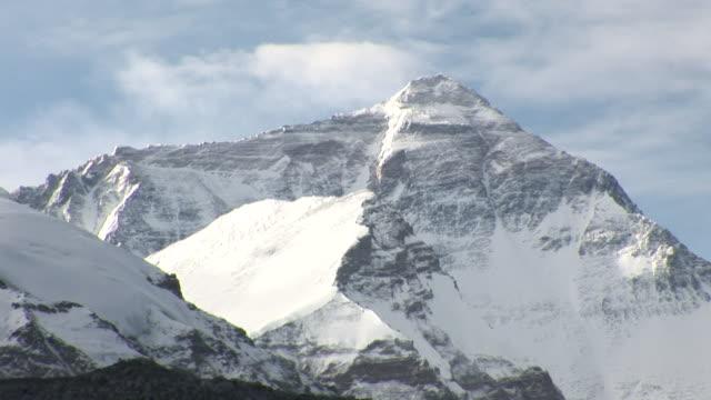 vidéos et rushes de clouds cast shadows as they drift over the summit of mount everest. - sommet montagne
