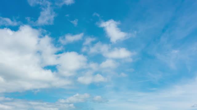 Nuages fermés-vers le haut des nuages blanc bleu ciel