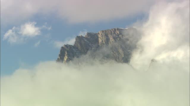 clouds cover peaks in wyoming's grand tetons. - グランドティトン国立公園点の映像素材/bロール