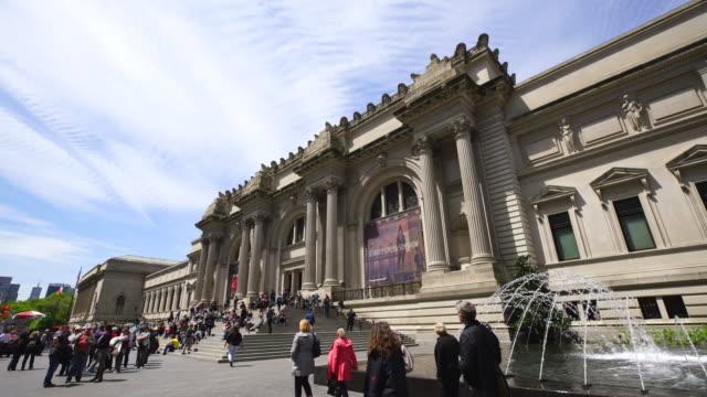 vídeos y material grabado en eventos de stock de clouds cover the metropolitan museum of art at upper east manhattan new york. many visitors and tourist walk around the entrance of museum. - met