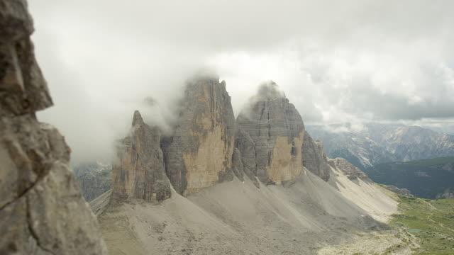 clouds covered three peaks - naturligt landmärke bildbanksvideor och videomaterial från bakom kulisserna
