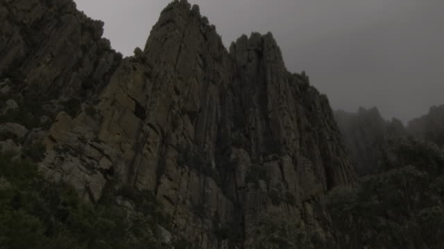 t/l la tu ms clouds covering mount wellington organ pipes, hobart, australia - cliff stock videos & royalty-free footage