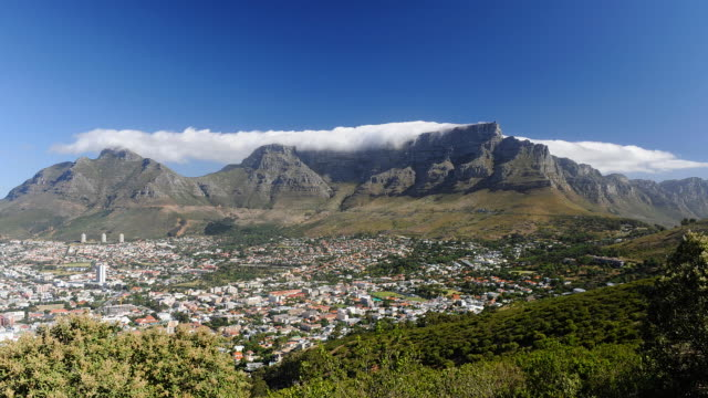 t/l clouds create tablecloth effect over table mountain, cape town, south africa - tablecloth stock videos & royalty-free footage