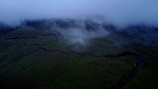 vídeos de stock, filmes e b-roll de nuvens, dissipando-se sobre o vulcão de maui por zangão - veículo terrestre