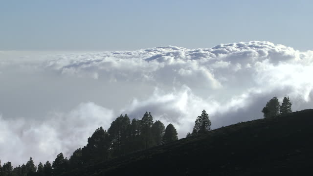 vídeos de stock e filmes b-roll de clouds drift across the mountains on the island of el hierro. - ilha