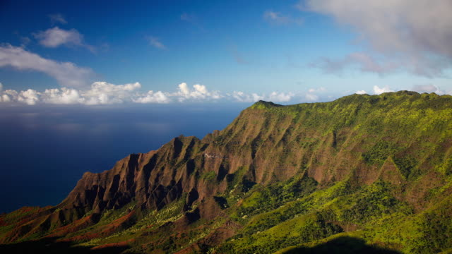 clouds drift over the coastal cliffs of kalalau valley in kauai, hawaii. - insel kauai stock-videos und b-roll-filmmaterial