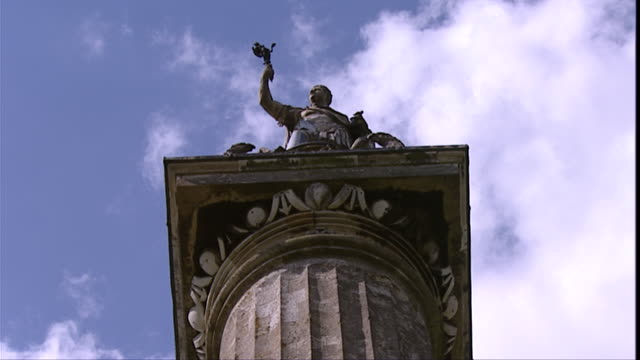 vídeos y material grabado en eventos de stock de clouds drift over the column of victory on the grounds of blenheim palace. available in hd. - palacio de blenheim
