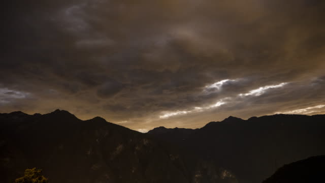 vídeos de stock e filmes b-roll de clouds drifting over mountain ridge in the night - bo tornvig