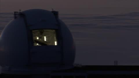 clouds float behind two well-lit telescopes at the w. m. keck observatory in mauna kea, hawaii. - astronomi bildbanksvideor och videomaterial från bakom kulisserna