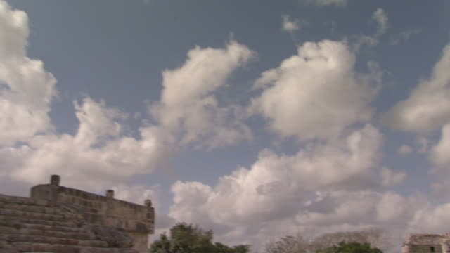 la ms pan ws zi clouds floating above el caracol observatory and temple ruins at ancient mayan site chichen itza / yucatan, mexico  - ca. 7 jahrhundert stock-videos und b-roll-filmmaterial