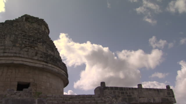 la td pan ms clouds floating above el caracol observatory at ancient mayan site chichen itza / yucatan, mexico  - ca. 7 jahrhundert stock-videos und b-roll-filmmaterial