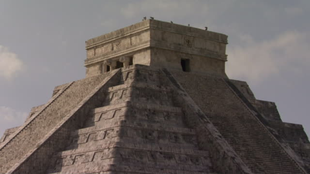 ms zo ws clouds floating above kukulkan pyramid at ancient mayan site chichen itza / yucatan, mexico  - ca. 7 jahrhundert stock-videos und b-roll-filmmaterial