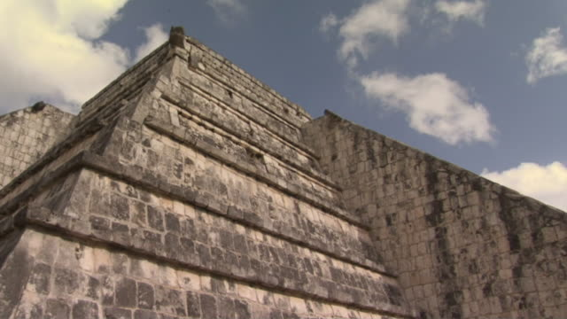 la cu pan clouds floating above kukulkan pyramid at ancient mayan site chichen itza / yucatan, mexico  - ca. 7 jahrhundert stock-videos und b-roll-filmmaterial