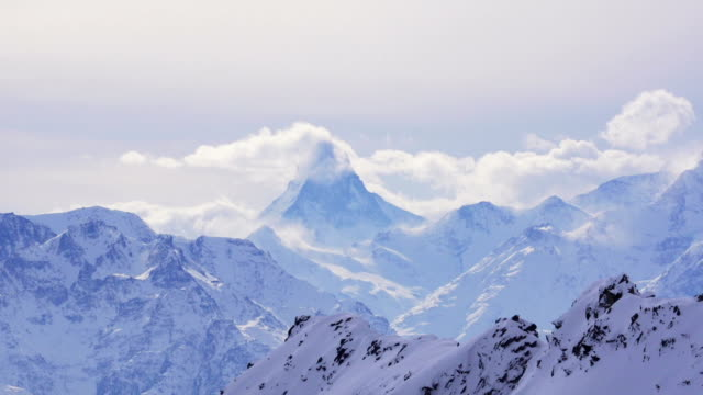 Wolken fließen über Matterhorn