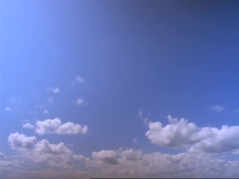 t/l clouds - fluffy and wispy white clouds moving quickly overhead across blue sky, sunny - wispy stock videos & royalty-free footage