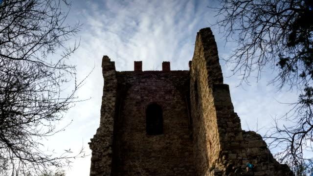 vídeos de stock, filmes e b-roll de nuvens voam sobre as ruínas de uma antiga torre - castelo