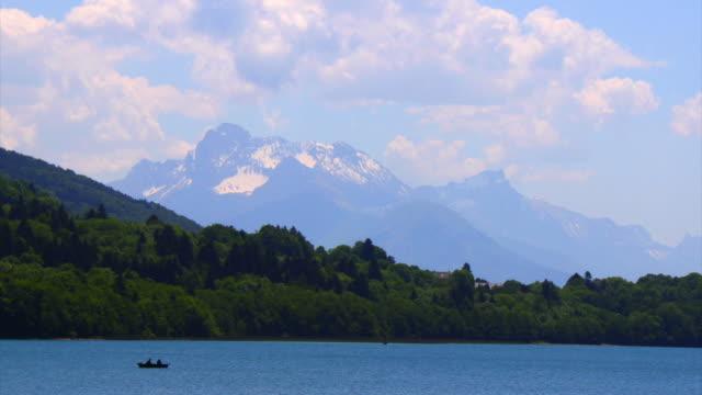 wolken wachsenden auf die alpen hd - seeufer stock-videos und b-roll-filmmaterial