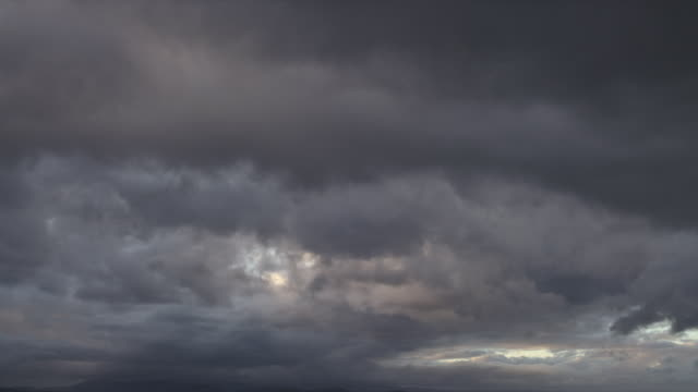 clouds in an overcast sky - bedeckter himmel stock-videos und b-roll-filmmaterial