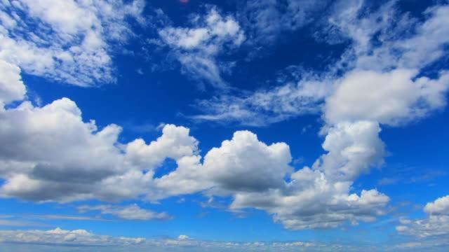 vídeos y material grabado en eventos de stock de nubes en el cielo azul - el cielo