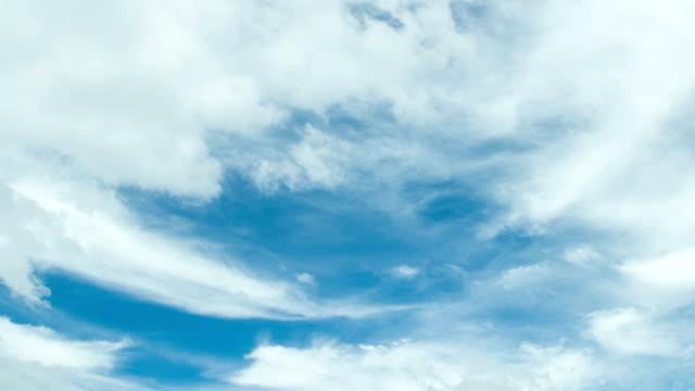 vídeos de stock, filmes e b-roll de nuvens no céu azul - céu romântico
