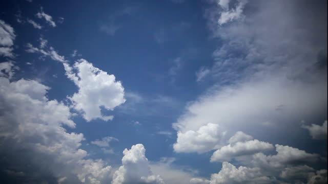 vídeos y material grabado en eventos de stock de nubes en el cielo azul - estepa