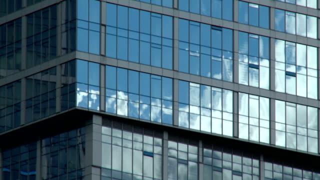 Wolken in Reflexion auf das Bürogebäude