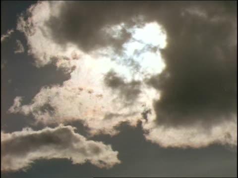 stockvideo's en b-roll-footage met clouds move in front of the sun. - de ruimte en astronomie