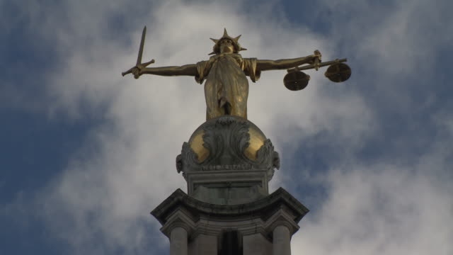 vidéos et rushes de clouds move swiftly behind the old bailey's lady justice statue, london, uk. - style grec classique
