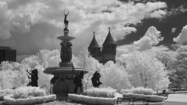 stockvideo's en b-roll-footage met tl la ws clouds moving above corning fountain and soldiers and sailors memorial arch in bushnell park / hartford, ct, usa - memorial