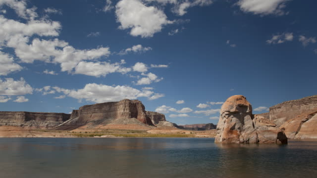 vídeos de stock e filmes b-roll de t/l ws clouds moving above lake powell and rocks / utah, usa - lago powell