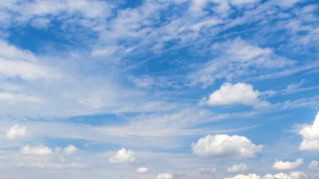 澄んだ青い空を横切って移動する雲 - 流れる点の映像素材/bロール