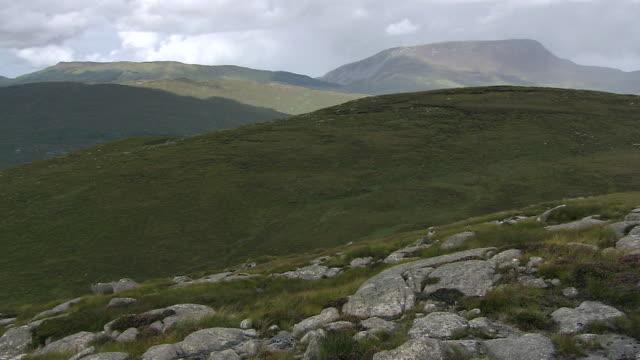 vídeos y material grabado en eventos de stock de ws t/l clouds moving across derryveagh mountain / glenveagh national park, donegal, ulster, ireland  - provincia de ulster