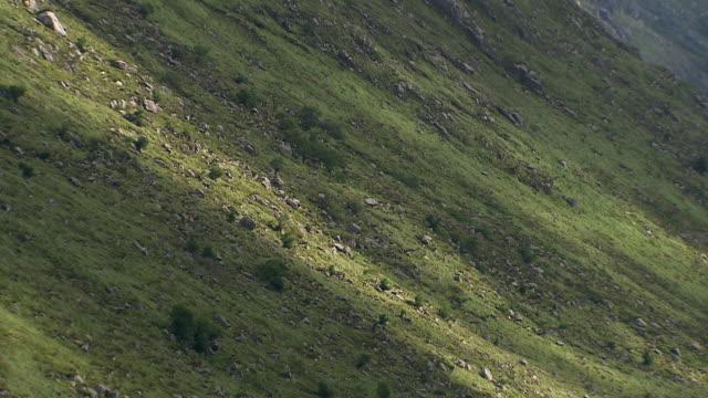 vídeos de stock, filmes e b-roll de ws t/l clouds moving across derryveagh mountains / glenveagh national park, donegal, ulster, ireland  - província de ulster