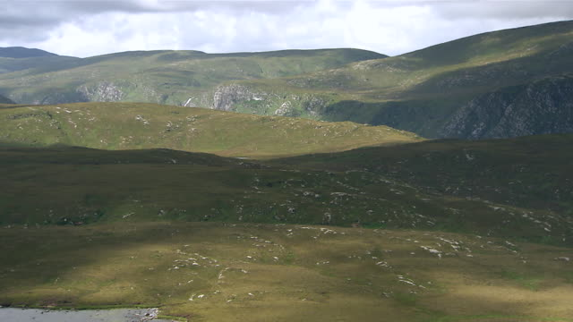 vídeos de stock, filmes e b-roll de ws t/l clouds moving across derryveagh mountains near lake / glenveagh national park, donegal, ulster, ireland - província de ulster