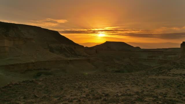 vídeos de stock, filmes e b-roll de clouds moving across desert sky during orange sunset - jerusalém