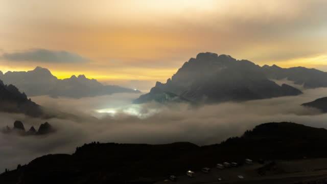 ws time lapse nuvole che si muovono tra maestose montagne, tre cime di lavaredo, dolomiti, italia - panoramica video stock e b–roll