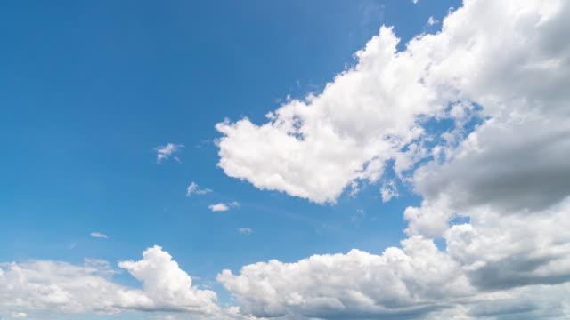 vídeos de stock e filmes b-roll de clouds moving and blue sky 4k time lapse - pureza