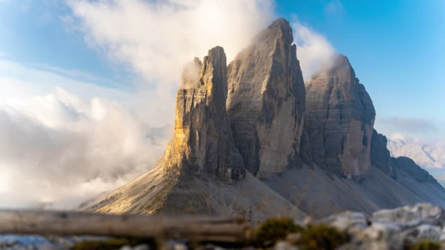 vídeos de stock e filmes b-roll de ws time lapse clouds moving around majestic mountain, tre cime di lavaredo, dolomites, italy - ensolarado