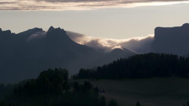 clouds moving at the mountain gran cir, seen from the seiser alm (alpe di siusi). gran cir, dolomites, alto adige, trentino-alto adige, south tyrol, italy. - alpe di siusi video stock e b–roll
