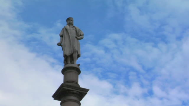 t/l la ws clouds moving behind statue of christopher columbus in columbus circle / new york, new york, usa - cristoforo colombo video stock e b–roll