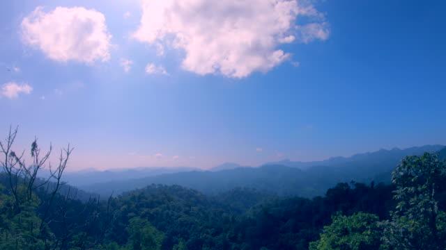 山の上を移動する雲 - 上部分点の映像素材/bロール