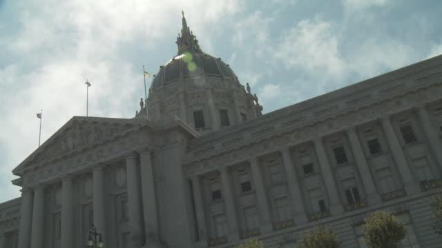 t/l ws clouds moving over city hall, san francisco, california, usa - ペディメント点の映像素材/bロール
