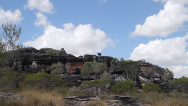 stockvideo's en b-roll-footage met ws t/l clouds moving over cliff facade / northern territory, australia - wiese