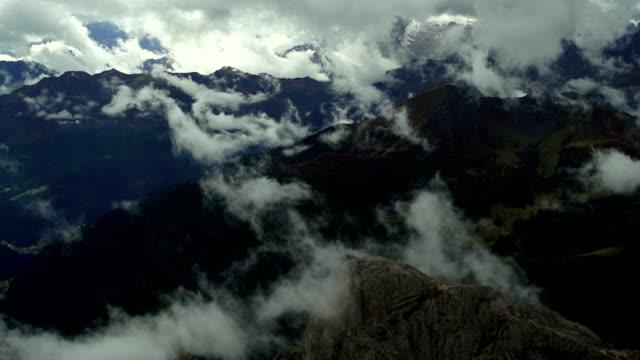 Nuvole in movimento sopra Dolomiti Mountains