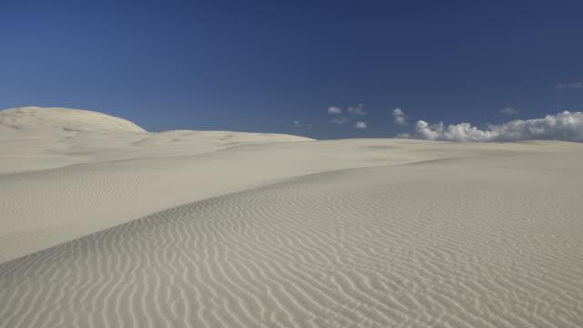 vidéos et rushes de tl ws clouds moving over sand dunes/ mangawhai heads, new zealand - région du northland