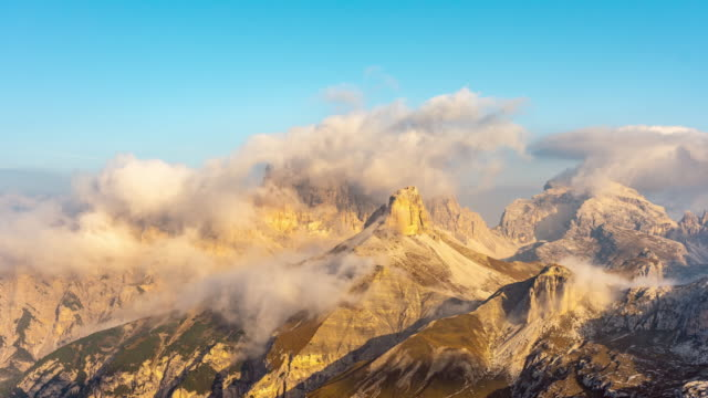 vídeos de stock e filmes b-roll de ws time lapse clouds moving over sunny rugged mountains, tre cime di lavaredo, dolomites, italy - ensolarado
