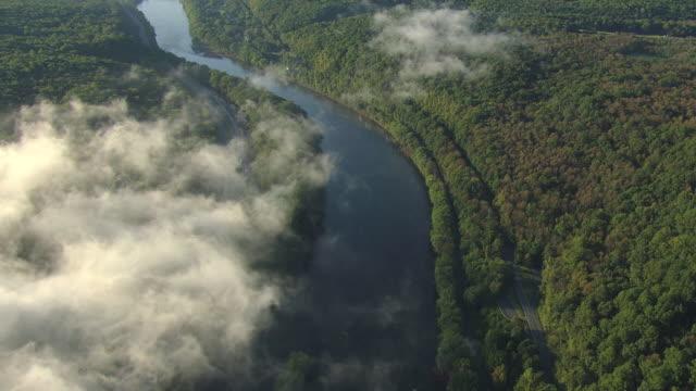 vídeos y material grabado en eventos de stock de ws aerial clouds moving over traffic moving on highway parallel to delaware river at delaware water gap in forests / pennsylvania, united states - delaware water gap